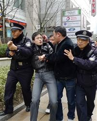 上海市内の人民広場近くに集まった若者