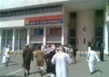 [中東]オマーン:病院に駆け寄るデモ参加者