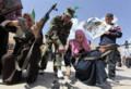 [中東]リビアのタルフナでは、女性を含む志願兵が政権軍の訓練を受けている