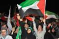 [トルコ][イスラエル]パレスチナの旗を振る集会参加者ら=イスタンブール、北川写す