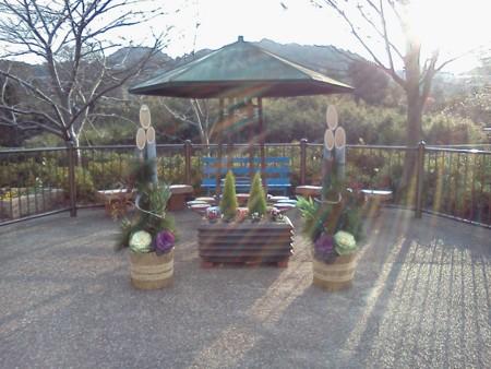 遊歩道休憩所の門松