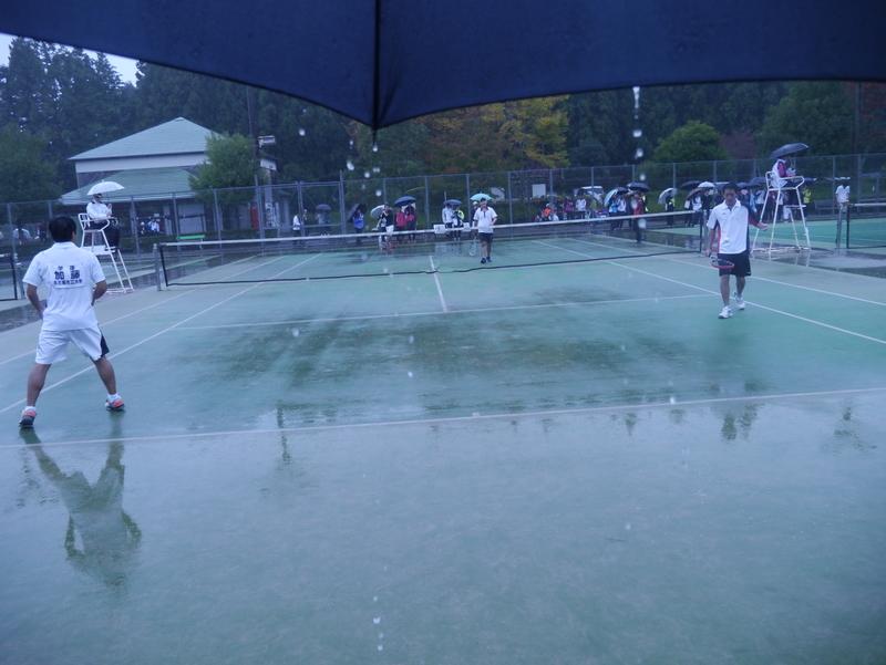 豪雨の中、試合風景(左から加藤、内海)