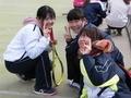笑顔でピース(右から久田さん、優芽さん、北川さん)