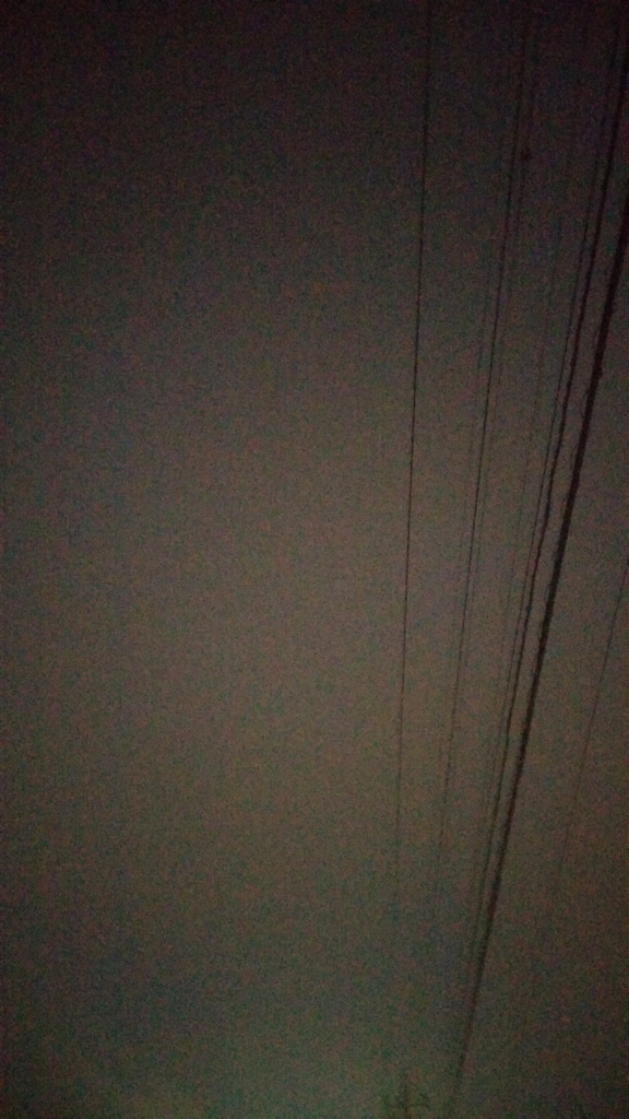 散歩に出かけると、外は真っ暗でした