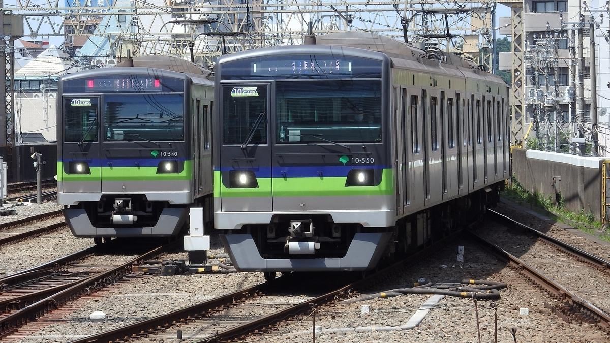 都営新宿線10-300形10-540編成(左)、10-550編成(右)