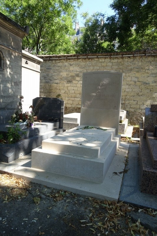 モンパルナス墓地のサルトルとボーボワールの墓