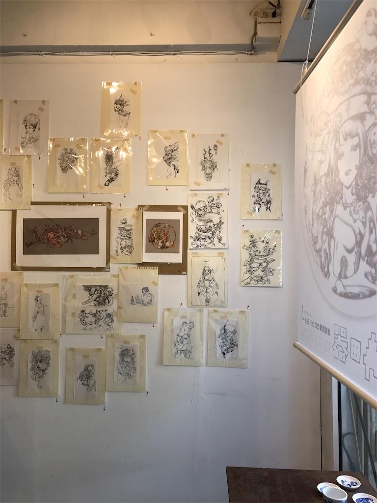壁面に展示されたイラストの数々