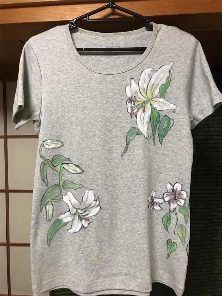 ユリの花のTシャツ