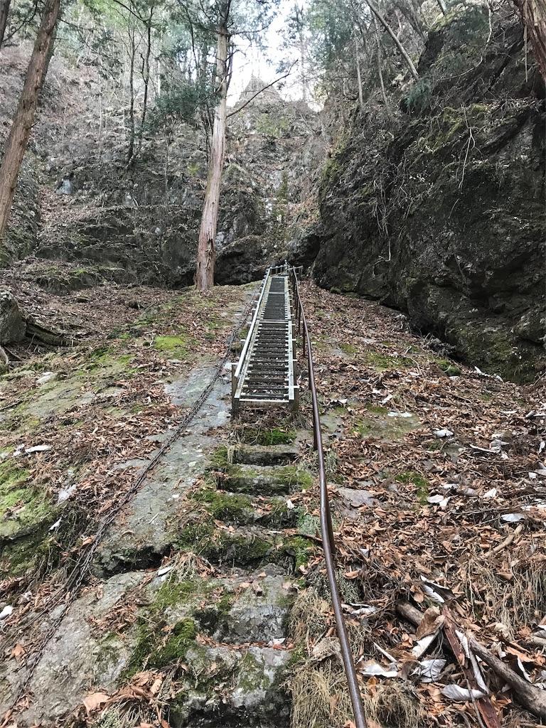 奥の院の洞窟への最後の梯子