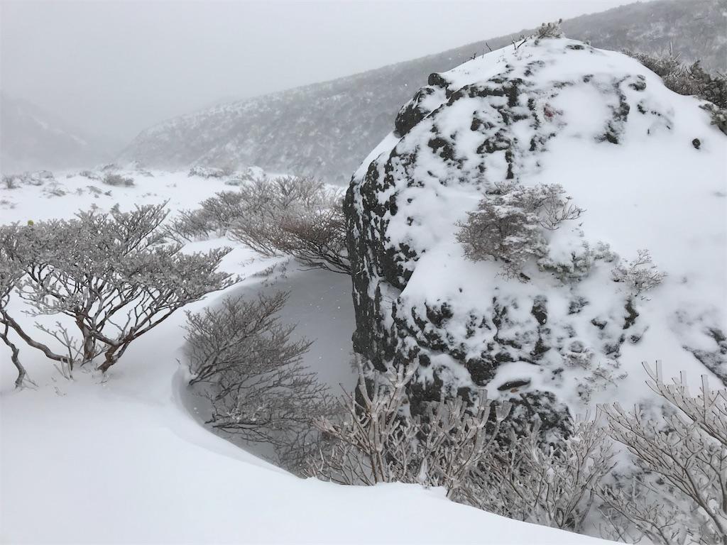 雪の中の大岩