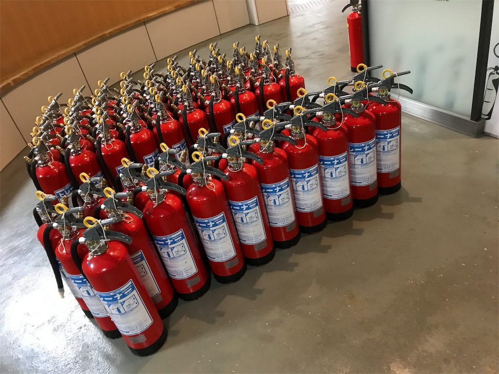 消火器の群れ