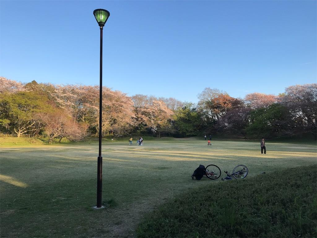 広場と子供と自転車