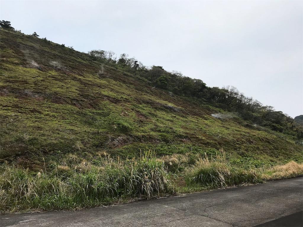 蒸気の上がる火口丘の斜面
