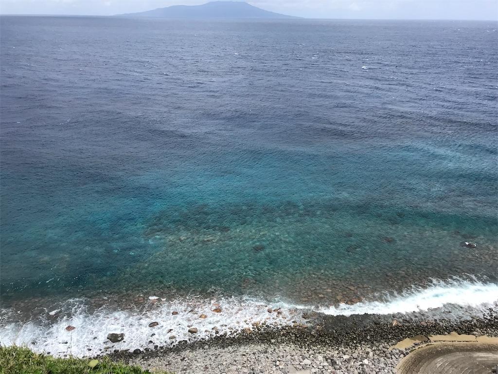 ディープブルーの海と玉石の海岸