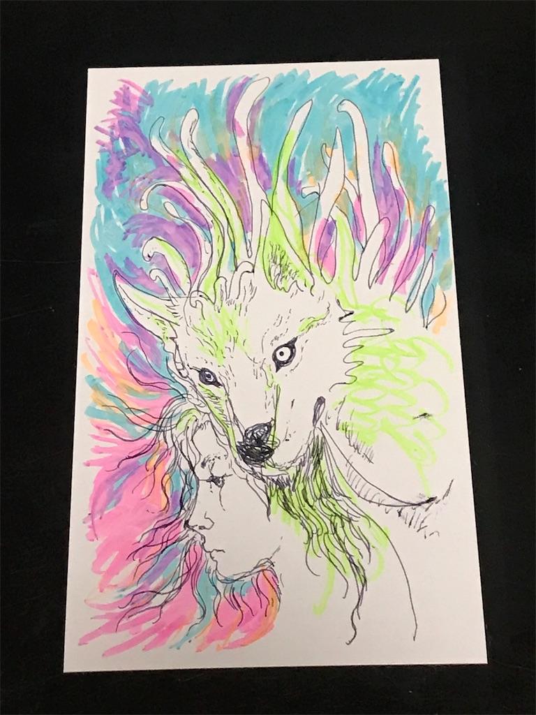 ボールペンと蛍光マーカーで、心に浮かぶ鬱屈した気持ちを描く