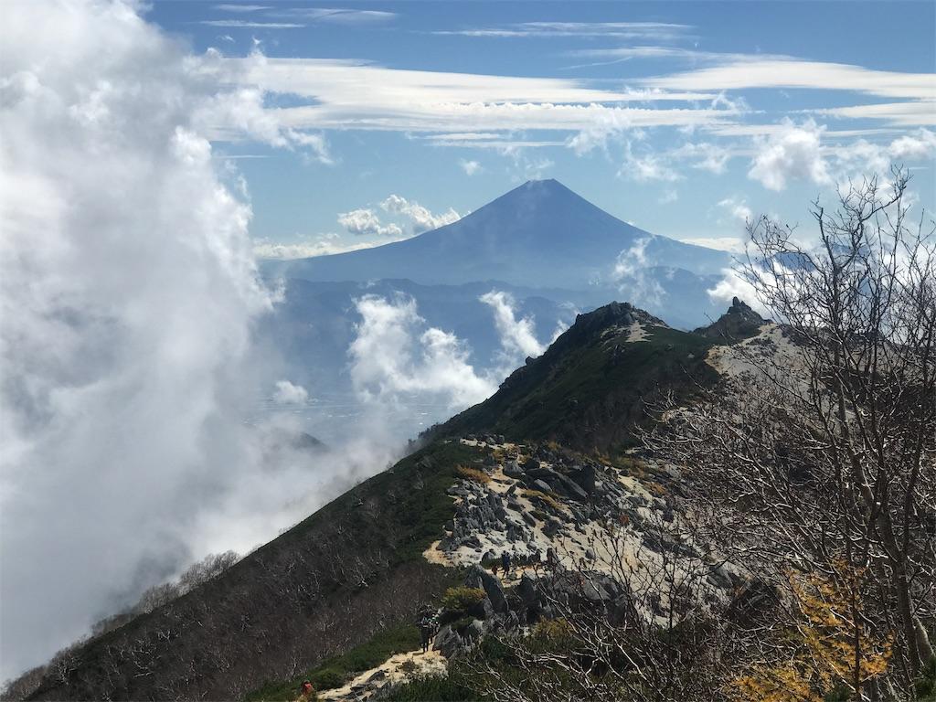 雲間から現れた富士山