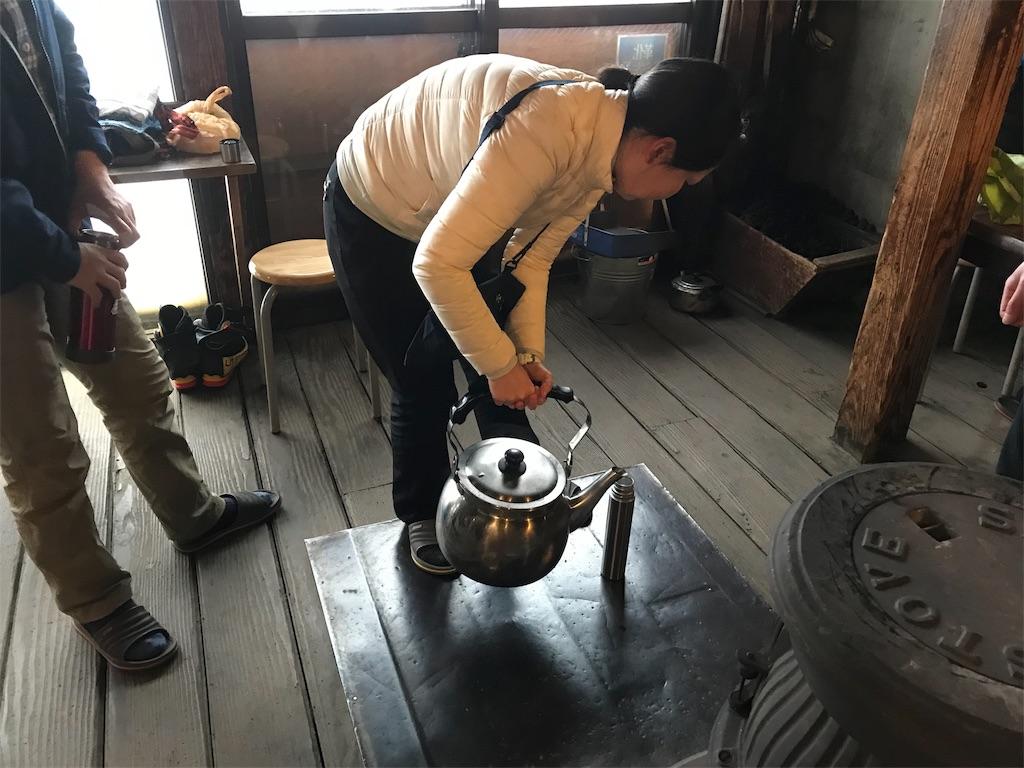 ヤカンからお湯を魔法瓶の水筒に入れます