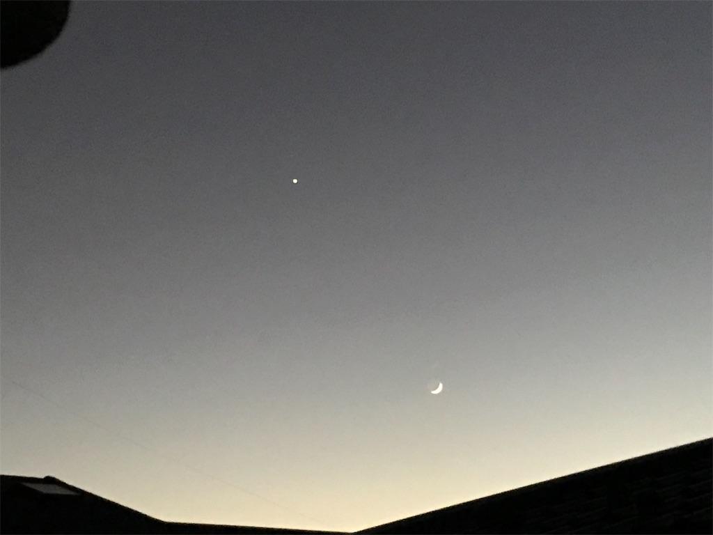 グレーの空の星と月