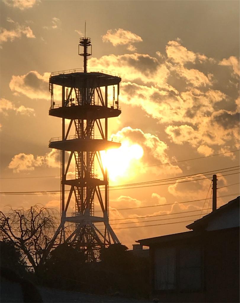 鉄塔と金色の夕暮れと太陽