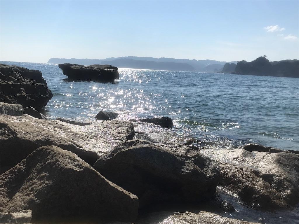 岩場と光る海