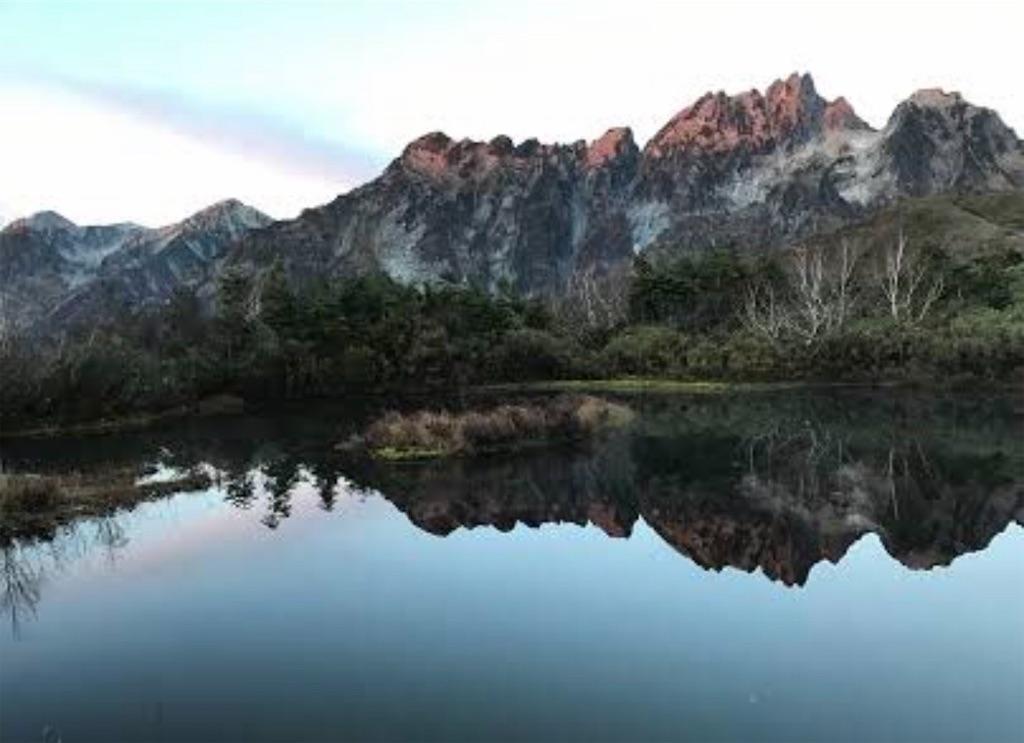 早朝の仙人池に映る、裏剱岳