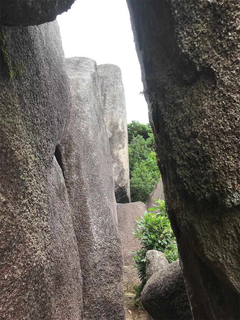 立ち岩のトンネル