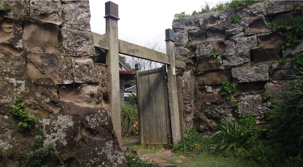 趣のある古い石垣と木の門