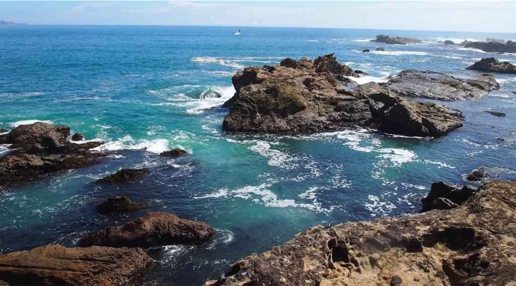 濃淡のブルーの海と岩