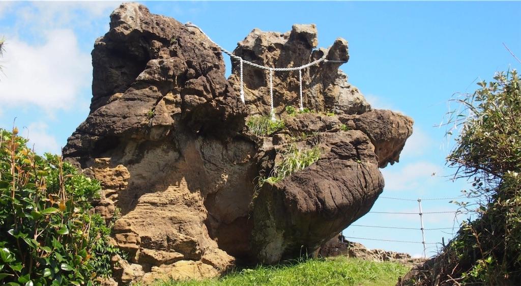日蓮が朝日を拝したと言われる神楽岩