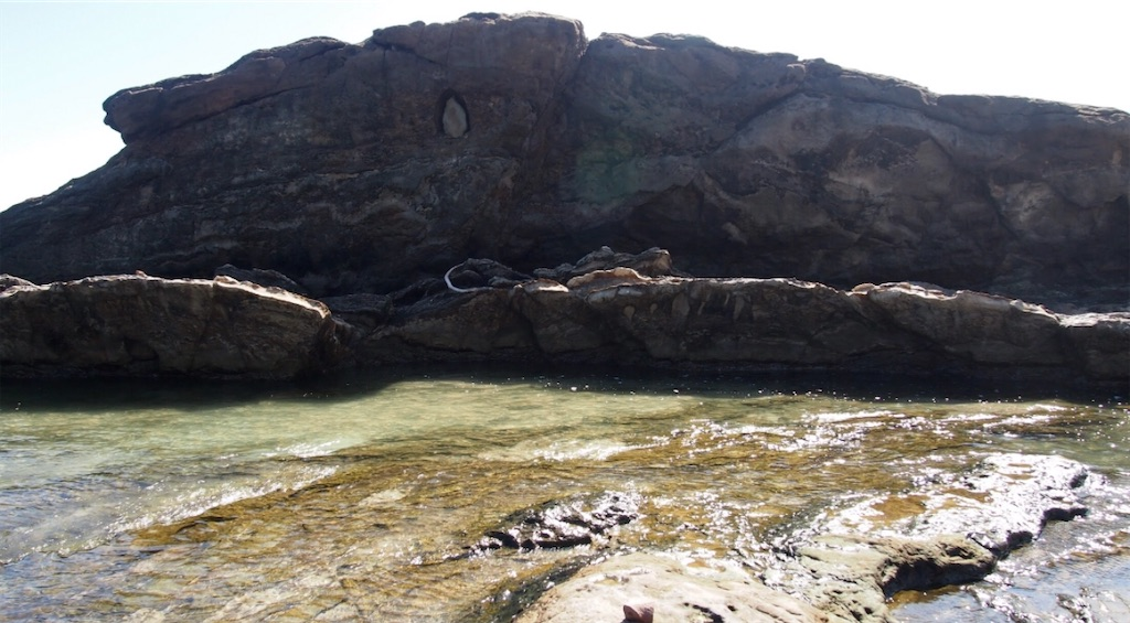 海岸の岩の中に、神様が祀られていました。