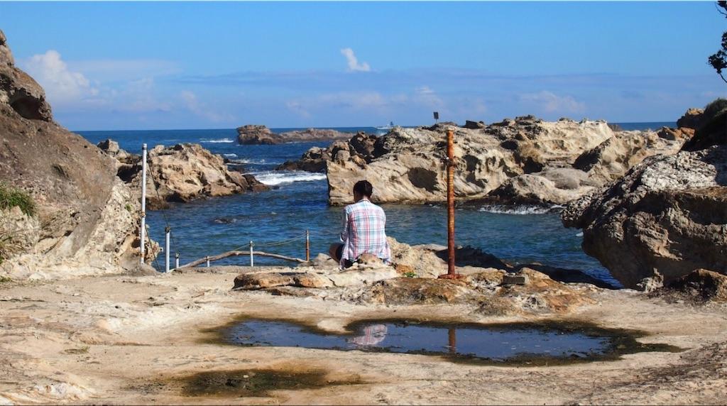 色々なところで泳いで、ひと休みの人魚