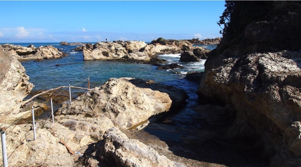 潮が引いていれば、岩伝いに遠くまで渡れます。
