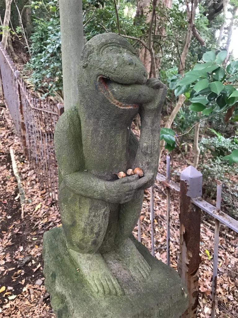 美味しそうにお芋?を食べる猿の石像