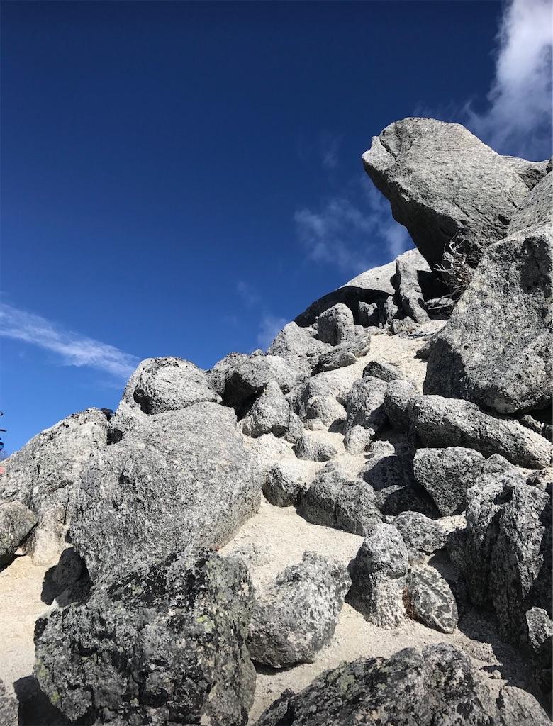 甲斐駒ケ岳と同じ、花崗岩の岩と白い砂
