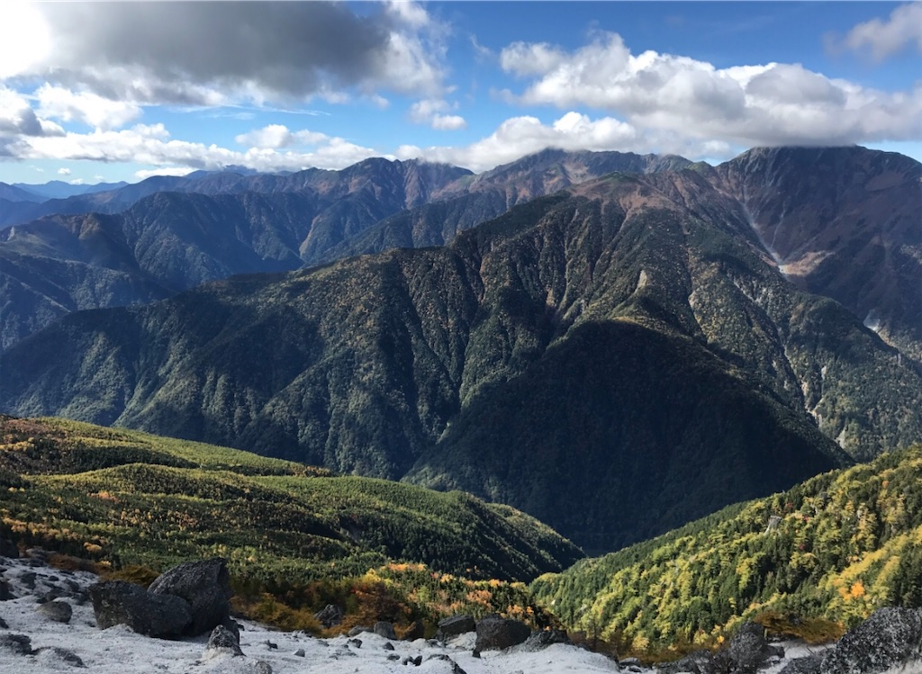 雪のような花崗岩の砂と、農鳥岳・間ノ岳・北岳の3000mの稜線