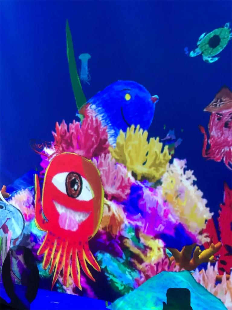 不思議な海の生き物が楽しそうに泳ぎまわる部屋