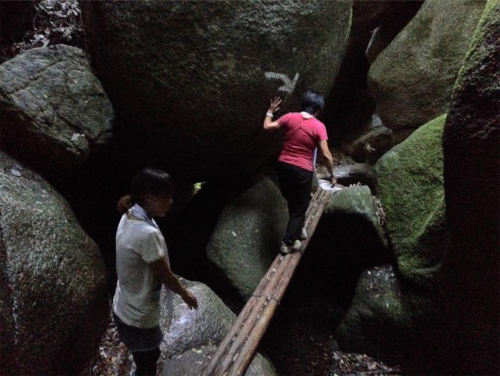 地下に降りると、ところどころの巨石の間に細い橋が。