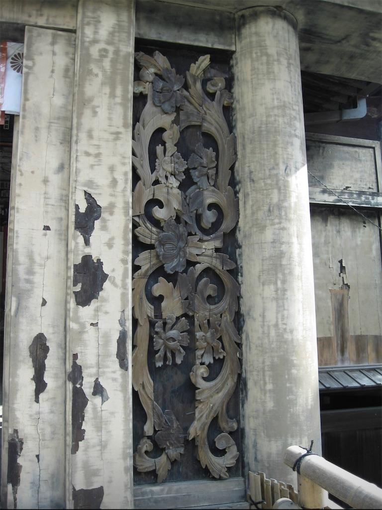 美しく女性的な彫刻を施された柱
