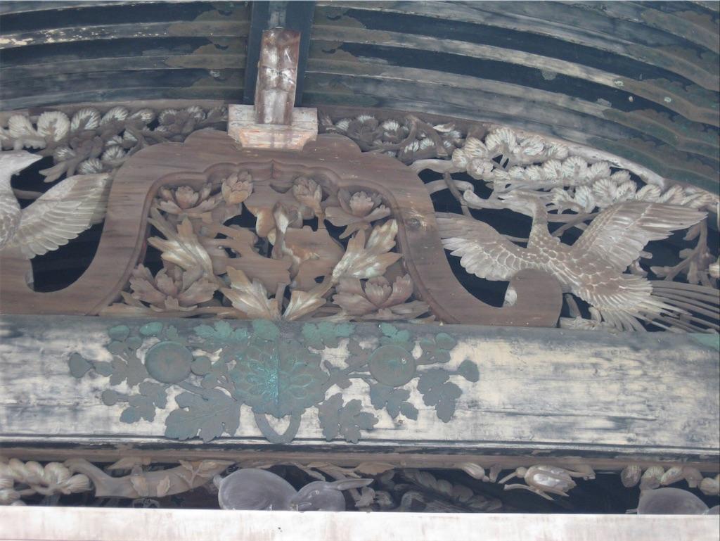 花と鳥のモチーフの彫刻