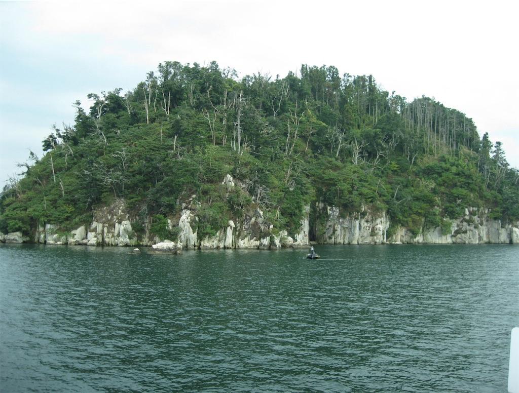 花崗岩の一枚岩と言われる竹生島
