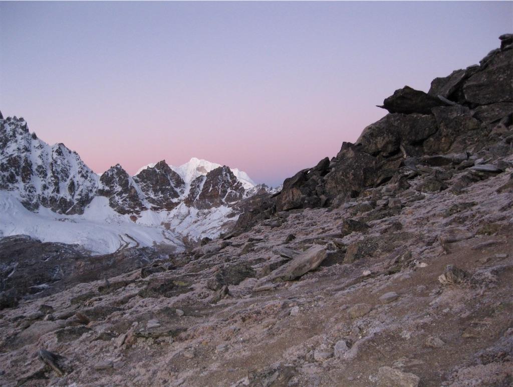 薄紅に染まる空とヒマラヤの峰々