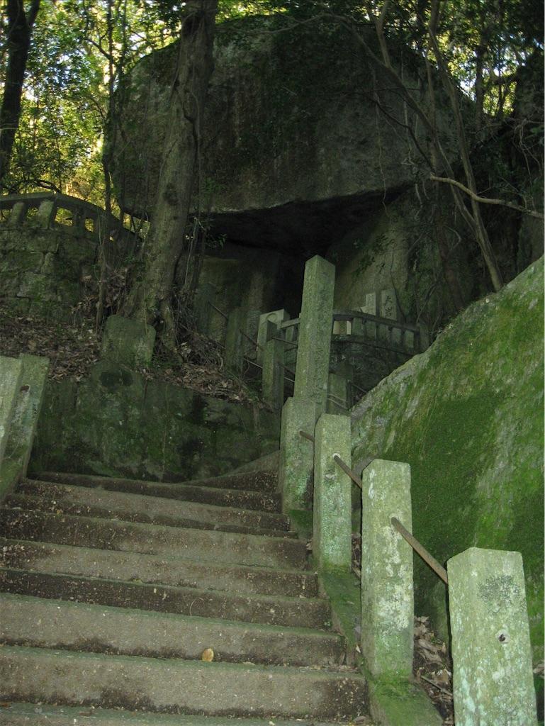 正面に遺跡のような巨大な磐座が。