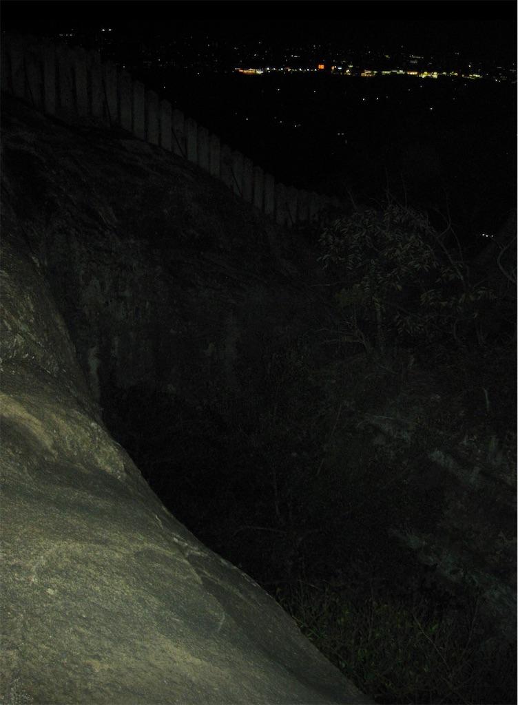 柔らかく削られている巨岩の斜面
