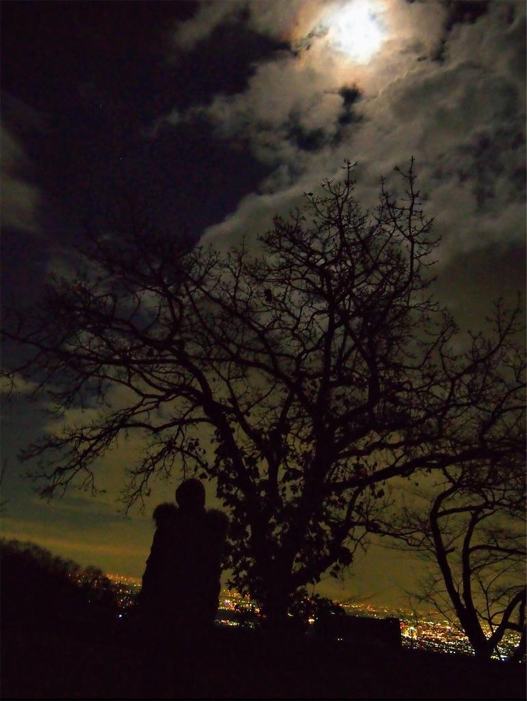 満月と雲と街の明かりと。