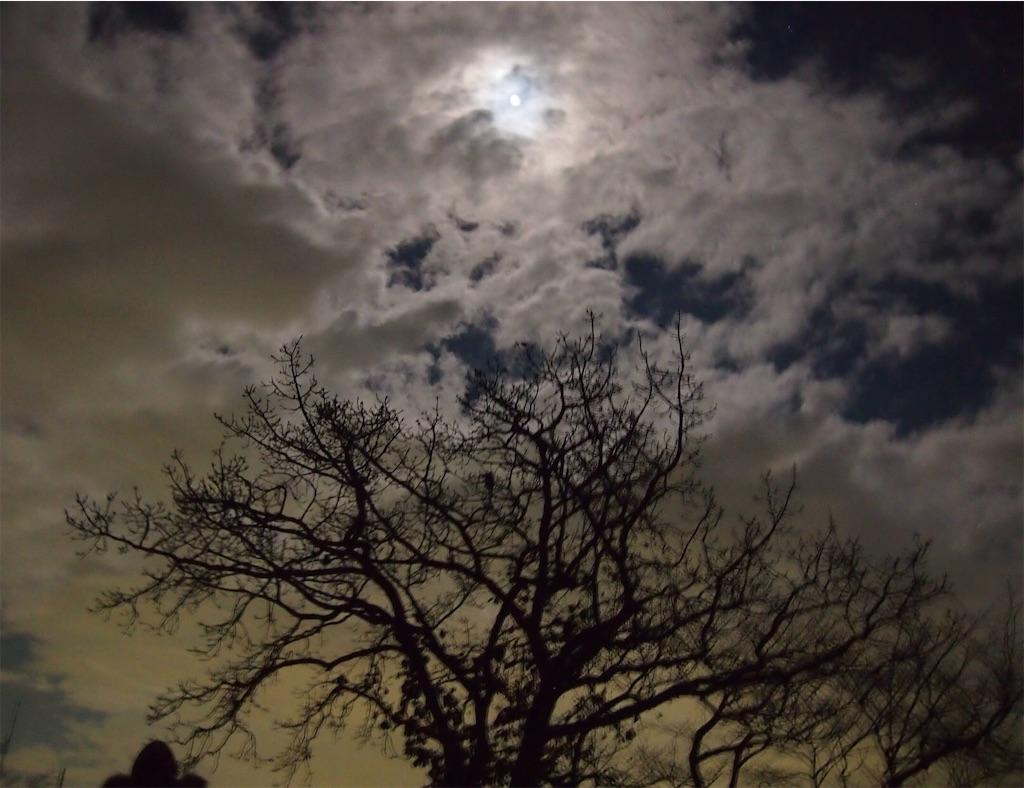 明るく輝く雲と満月