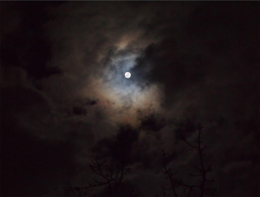 雲から現れた満月