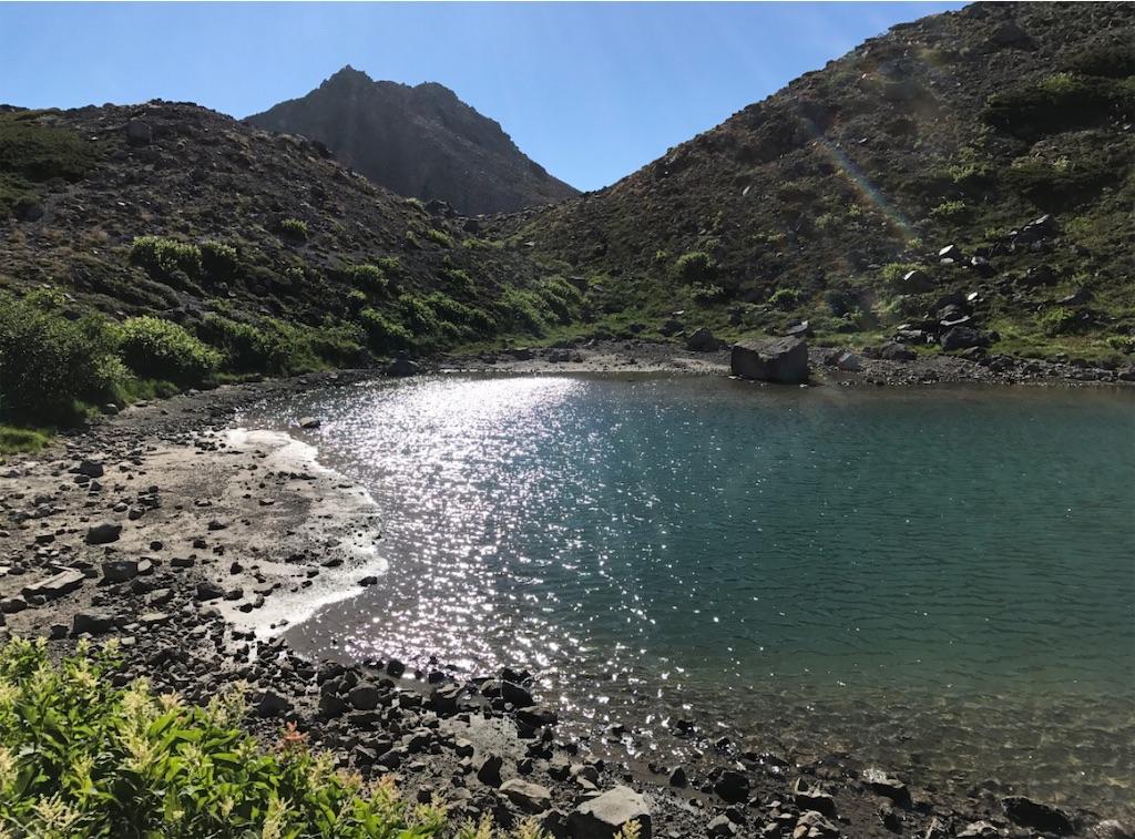 湖水のグラデーションと湖面に立つさざなみ。