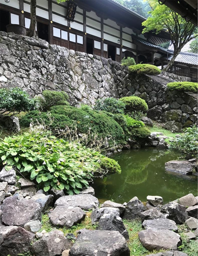 回廊の間に作られた池