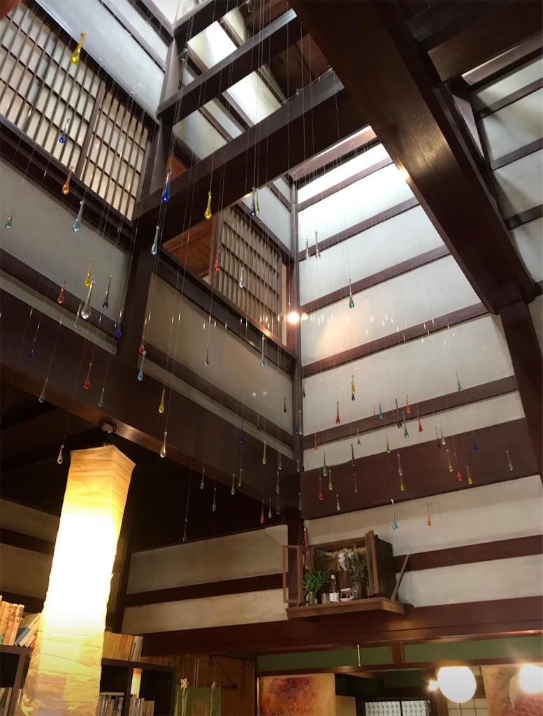 吹き抜けの天井と、しずくのインスタレーション
