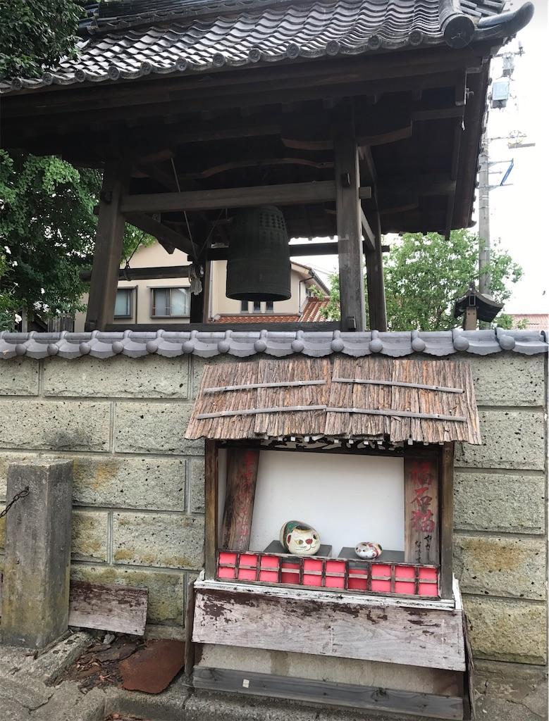 お寺の鐘と石の猫